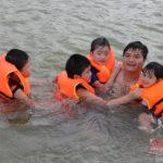 Trẻ em xứ Nghệ học bơi trong mương thủy lợi
