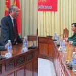 Các đồng chí lãnh đạo huyện thăm, tặng quà chúc tết các đơn vị quân đội đang làm nhiệm vụ trực tết, các gia đình chính sách và các gia đình nghèo.