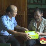 Đồng chí Hoàng Hữu Hùng – Phó Chủ tịch HĐND huyện thăm, tặng quà các thương, bệnh binh
