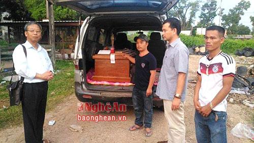 Thân nhân gia đình đưa thi thể nạn nhân Nguyễn Văn Điệp về quê nhà.