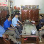 Đồng chí Nguyễn Trung Thành – Phó chủ tịch UBND huyện tặng quà mẹ Việt Nam anh hùng Phạm Thị Nhơn