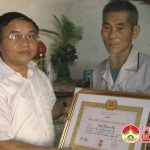 Đồng chí Ngọc Kim Nam trao huy hiệu Đảng tại xã Lạc Sơn