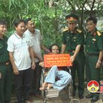 Bộ chỉ huy quân sự tỉnh tặng bò cho gia đình ông Nguyễn Hải Yến