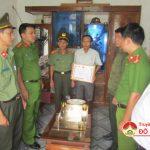 Công an tỉnh thăm tặng quà và trao giấy khen cho đồng chí Thái Phúc Hạnh công an viên Thị Trấn.