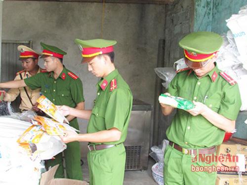 Ảnh: Công an huyện Nghĩa Đàn lập biên bản thu giữ nguyên vật liệu liên quan sản xuất kem Tràng Tiền giả