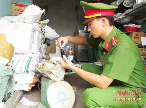 Cơ quan công an kiểm tra nguyên vật liệu sản xuất kem giả