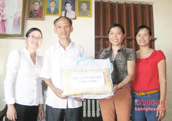 cơ quan Hội PN huyện trào quà nhân dịp kỷ niệm ngày thương binh liệt sỹ 277