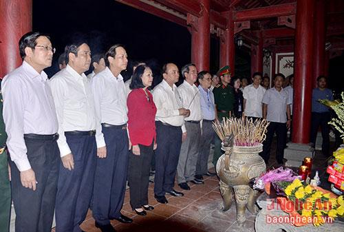 Thủ tướng Nguyễn Xuân Phúc dâng hương kính viếng 13 anh hùng liệt sỹ.