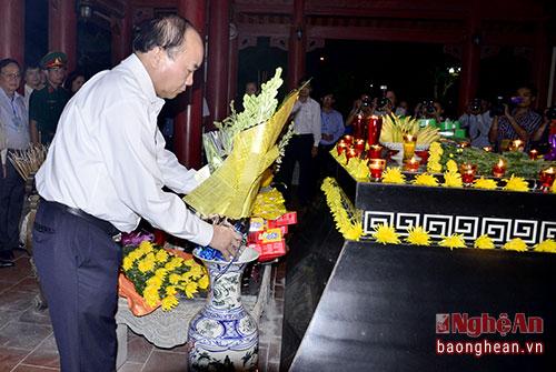 Thủ tướng Nguyễn Xuân Phúc dâng hoa viếng 13 Anh hùng liệt sỹ.