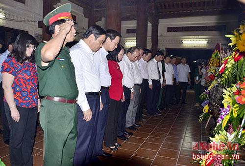 Thủ tướng Nguyễn Xuân Phúc và các đồng chí đi trong đoàn dâng thành kính tưởng niệm các Anh hùng Liệt sỹ hi sinh tại Truông Bồn.