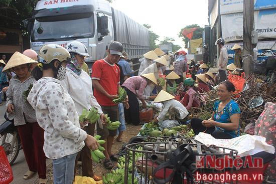 Gần đến ngày rằm tháng Bảy, chợ Om, xã Minh Sơn, huyện Đô Lương những ngày này đông nghịt người đi chợ