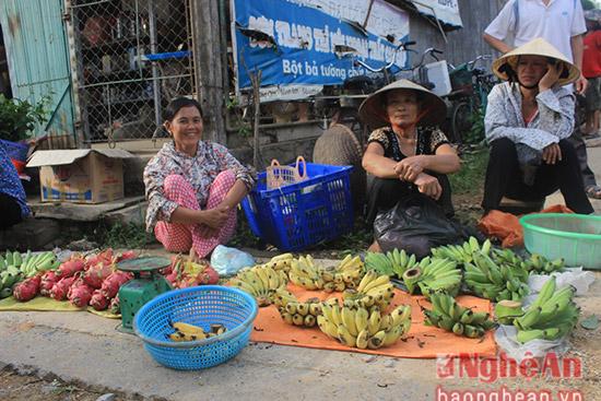Những nải chuối nhà trồng được dịp này đem ra chợ bán.