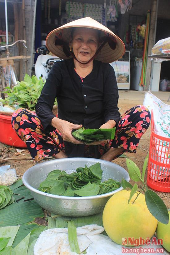 3.Những quả bưởi to tròn và lá trầu đẹp nhất được bà cụ để dành đến ngày rằm đem ra chợ