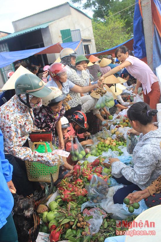 Nhiều loai hoa quả khác cũng được bày bán ở phiên chợ quê ven đường 15A này.