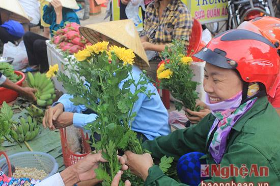 Chọn những bông hoa cúc về để lên bàn thờ tổ tiên