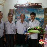 Ông Tăng Văn Tâm – Chủ tịch hội khuyến học huyện   thăm và tặng quà các em đạt điểm cao