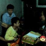 Đồng chí Nguyễn Thị Anh Quang- Phó chủ tịch UBND tặng quà cho các cháu thiếu nhi có hoàn cảnh khó khăn nhân tết Trung Thu