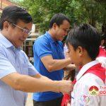 Các đồng chí lãnh đạo huyện thăm và tặng quà các em học sinh trường Phổ thông Dân tộc Bán trú THCS Nậm Típ xã mường Típ, Huyện Kỳ Sơn.
