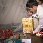 Đồng chí Lê Minh Giang Phó bí thư thường trực huyện ủy, chủ tịch HĐND huyện tặng quà trung thu 2016.