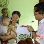 Đồng chí Ngọc Kim Nam – Chủ tịch UBND huyện thăm và tặng quà trung thu cho các cháu tật nguyền