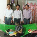 Lãnh đạo xã Hòa Sơn tặng quà cháu Nguyễn Cảnh Chính