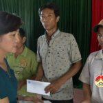 Hội nông dân tỉnh Nghệ An thăm, tặng quà các gia đình có hoàn cảnh khó khăn do đợt mưa lớn gây ra.
