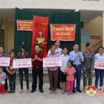 Đô Lương tổ chức trao tặng bò cho người nghèo.