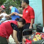 Lãnh đạo huyện Đô Lương và Hội chữ thập đỏ tặng quà  2 cháu bị bệnh bại não