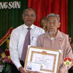 Đồng chí Trương Hồng Phúc – Bí thư huyện ủy trao huy hiệu Đảng cho các đảng viên Đảng bộ xã Trung Sơn