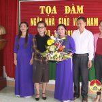 Đồng chí Nguyễn Thị Anh Quang – PCT UBND huyện chúc mừng trường Mầm non xã Mỹ Sơn nhân ngày 20/11.