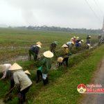 Cán bộ, chiến sỹ tiểu đoàn 25, sư 324 giúp nhân dân xã Xuân Sơn xây dựng NTM