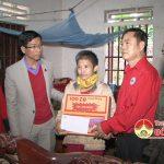 Hội chữ thập đỏ tặng quà các đối tượng có hoàn cảnh khó khăn.