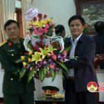 Đồng chí Lê Minh Giang – Phó bí thư thường trực – Chủ tịch HĐND huyện thăm, tặng hoa cán bộ chiến sỹ Trung Đoàn 1