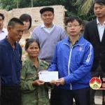 Huyện đoàn và Hội nông dân hỗ trợ cho 2 gia đình nghèo ở xã Lạc Sơn