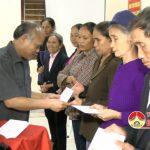 Đồng chí Trương Hồng Phúc – Bí thư huyện ủy thăm và tặng quà giáo dân có hoàn cảnh khó khăn xã Trù Sơn