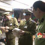 Đội QLTT số 5 kiểm tra việc kinh doanh các mặt hàng thực phẩm tại khu vực chợ TTTM huyện Đô Lương