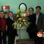 Đồng chí Nguyễn Thị Anh Quang – Phó chủ tịch UBND huyện tặng quà giáo xứ Lưu Mỹ