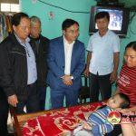 Đồng chí Ngọc Kim Nam tặng quà cho 2 cháu Hồ Thị Hằng Nga và Hồ Sỹ Thái bị bệnh bại não