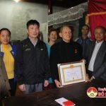 Đồng chí Trương Hồng Phúc – Tỉnh ủy viên – Bí thư huyện ủy trao huy hiệu 70 năm tuổi đảng cho  ông Bùi Đăng Hậu.