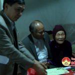 Đồng chí Trương Hồng Phúc- Tỉnh ủy viên- Bí thư huyện ủy thăm và tặng quà cho cán bộ lão thành cách mạng, mẹ liệt sỹ, lãnh đạo huyện đã nghỉ hưu.