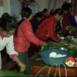 Hội phụ nữ xã Hiến Sơn, huyện Đô Lương gói bánh chưng tặng cho các hội viên phụ nữ nghèo dịp tết nguyên đán