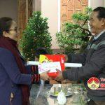Đồng chí Nguyễn Thị Anh Quang tặng quà tết cho các đối tượng chính sách trên địa bàn