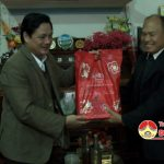 Đồng chí Nguyễn Công Châu – Phó chủ tịch HĐND huyện tặng quà tết cho các cán bộ HĐND huyện đã nghỉ hưu qua các thời kỳ