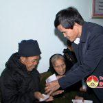 Đồng chí Lê Minh Giang tặng quà hộ nghèo giáo dân.