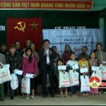 Đồng chí Lê Minh Giang- Phó bí thư huyện ủy trao quà của đ/c Phó bí thư Tỉnh ủy – Trần Xuân Sơn cho hộ nghèo xã Hồng Sơn.