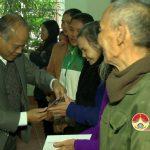 Đồng chí Trương Hồng Phúc – Bí thư huyện ủy tham và tặng quà tết giáo dân nghèo