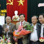 Các đồng chí lãnh đạo huyện thăm, tặng quà động viên cán bộ, nhân viên Kho bạc nhà nước.