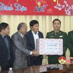 Các đồng chí lãnh đạo huyện Đô Lương thăm, tặng quà chúc tết các đơn vị Quân đội, Công an làm nhiệm vụ trực tết.