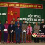 Ngân hàng NN và PTNT phối hợp với UBMTTQ xã Đông Sơn  trao quà cho người nghèo