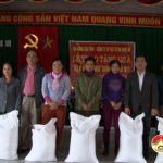 Hội nông dân tỉnh và  Tổng Cty cổ phần vật tư nông nghiệp Nghệ An tặng quà tết cho hộ nông dân nghèo huyện Đô Lương.